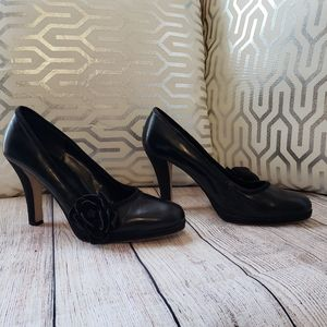 Bisou Bisou pumps with suede flower accent